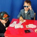 Chłopcy graja w karty